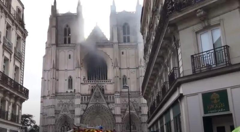 حريق داخل إحدى أكبر كنائس فرنسا والسلطات تشتبه بعمل إجرامي