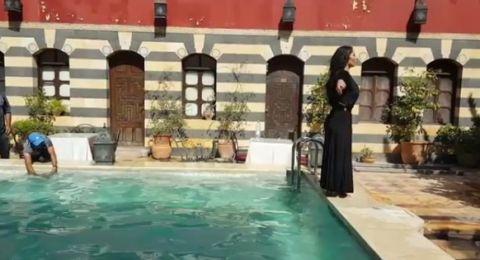 نجمة سوريّة ترمي نفسها في الماء بكامل ثيابها