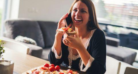 احذر من استخدام هاتفك أثناء تناول الطعام