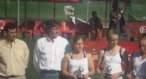 الناصرة : لاعبة التنس النصراوية دانا نصرالله 16 عاما تتألق في سماء اسبانيا