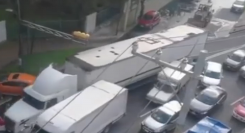 المكسيك: سائق غاضب يقتحم ازدحامًا مروريًا