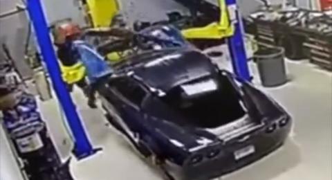 ميكانيكي يحطم سيارة فارهة من نوع كورفيت أثناء رفعها لإصلاحها