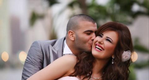 """هجوم بـ""""فيسبوك"""" على عماد متعب لتقبيله يد يارا نعوم راكعًا….."""