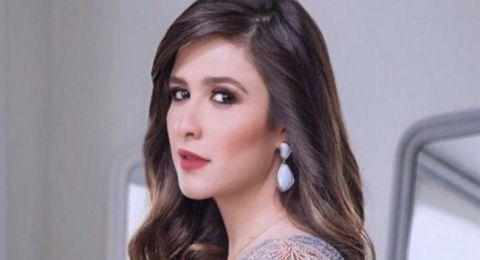 """ياسمين عبد العزيز تثير جدلا بصورة """"حميمية"""" مع فنان – (شاهد)"""