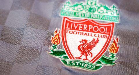 ليفربول يحصن دفاعه بعقد طويل الأمد