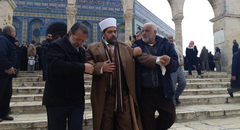 نقل الشيخ عمر الكسواني مدير المسجد الأقصى الى المستشفى بعد تعرضه للضرب من قبل الشرطة