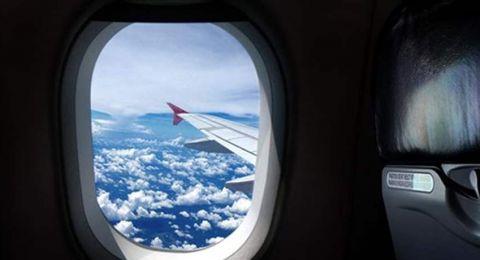 كُشف السر.. لهذا السبب يُجبر ركاب الطائرة على فتح النوافذ عند الهبوط والإقلاع!