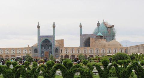 إيران.. السجن عامان ومنع ارتداء الزي الديني لرجل دين انتقد النظام