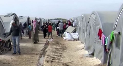 لاجئون سوريون يحرقون ممتلكاتهم بدلاً من الموت برداً!