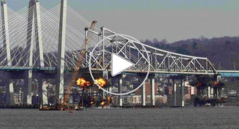 لحظة تفجير جسر أميركي واختفائه بلحظة
