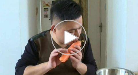 صيني يحوّل البطاطا والجزر إلى آلات نفخ موسيقية فعّالة