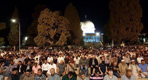 المصلون يؤدون صلاة التراويح في المسجد الاقصى المبارك