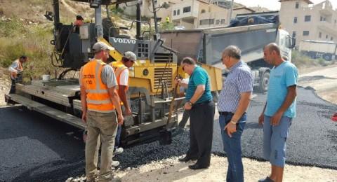 رئيس بلدية الناصرة علي سلام يتفقد تعبيد الشوارع في حي خلة مالطا