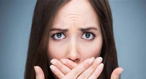 غير تناول البصل والثوم.. ما سبب رائحة الفم الكريهة؟