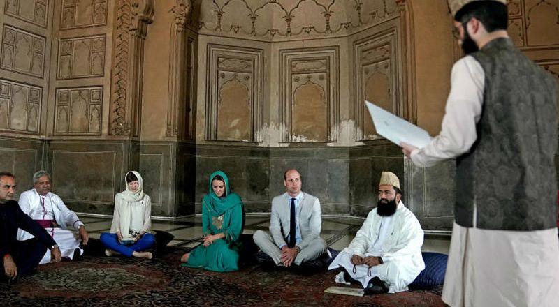 الأمير ويليام وكيت داخل مسجد في باكستان ويستمعان إلى القرآن الكريم