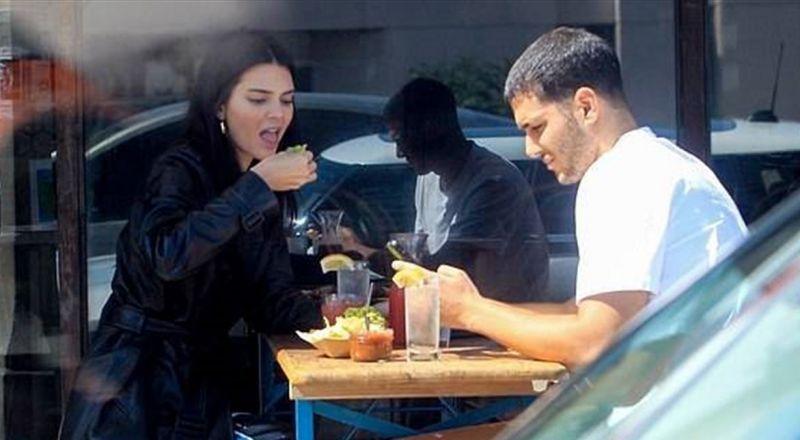 شقيقة كيم كاردشيان على علاقة عاطفية بشاب عربي.. هذه هويته