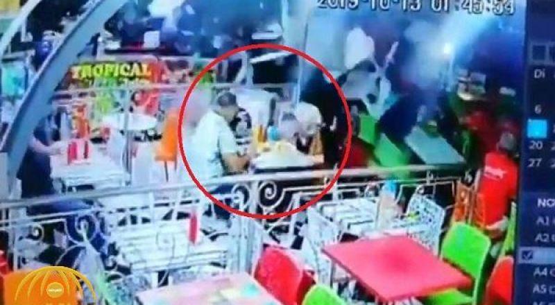 بالفيديو: شاهد .. سيارة تقتحم واجهة محل وتصطدم بالزبائن أثناء تناولهم الأكل داخل مطعم في المغرب