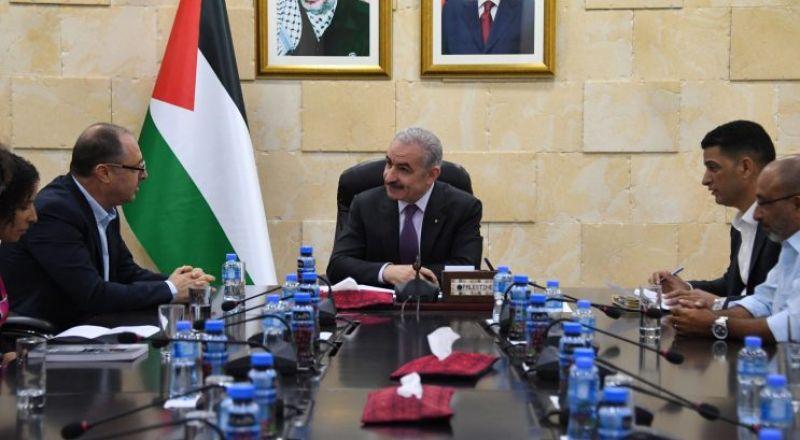 اشتية يدعو الأطباء الفلسطينيين بأراضي 48 للعمل في المستشفيات الفلسطينية