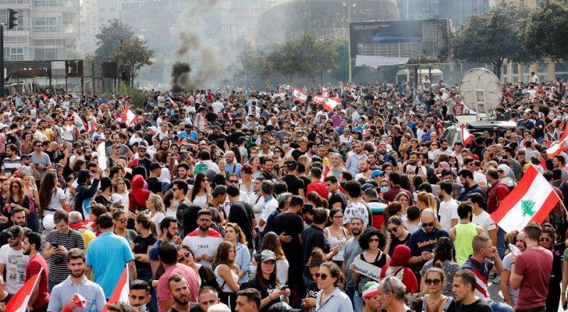 لبنانيون يهتفون