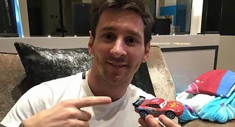 ميسي يستعرض سيارته الجديدة الأغلى في العالم