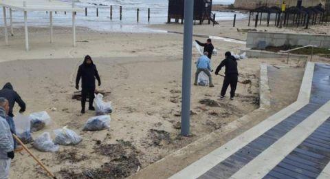 مئات المتطوعين يشاركون في حملة تنقية شواطئ البلاد من القطران لمنع تسربها إلى المياه الجوفية