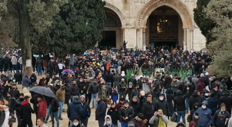 توافد آلاف المصلين لاداء الجمعه في الاقصي