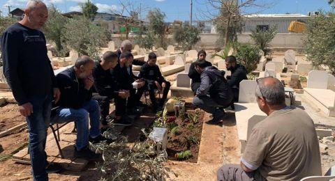 جلجولة: الفتى مصطفى حامد يغادر المستشفى ويزور قبر صديقه محمد عدس