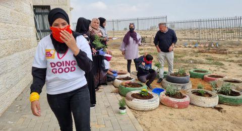 المشاركون في الدورة التحضيرية للحياة بمبادرة الجمعية للتطوع ينفذون أعمال ترميم وتنظيف في مدارس واحة الصحراء