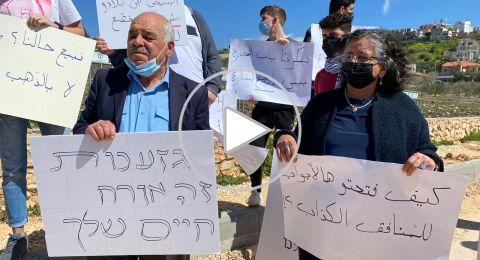 توما سليمان وشحادة في مركز الشرطة للضغط من أجل تحرير معتقلي مظاهرة الجش