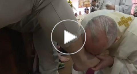 البابا يغسل ويقبل أقدام سجناء في طقس خميس العهد