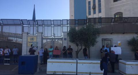 اهالي الاسرى ونشطاء يغلقون مقر الامم المتحدة برام الله مطالبين بموقف جدي لإنقاذ المضربين عن الطعام