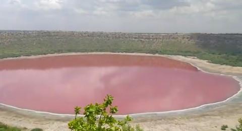 بحيرة فوهية عملاقة تغير لونها إلى الوردي بشكل مفاجئ