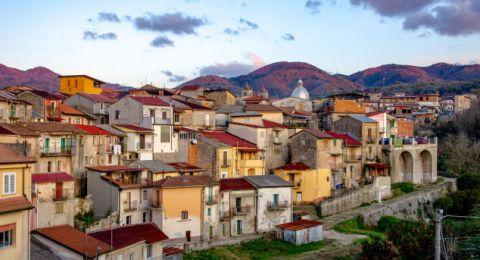 قرية إيطالية تعرض منازلها للبيع.. والسعر