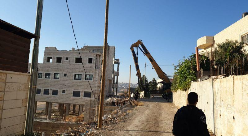 السُلطات الإسرائيلية تهدم شقتين سكنيتين و4 مخازن تجارية في مخيم شعفاط