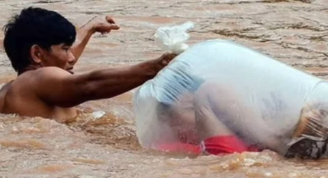 طلاب يعبرون النهر في أكياس طلبًا للعلم