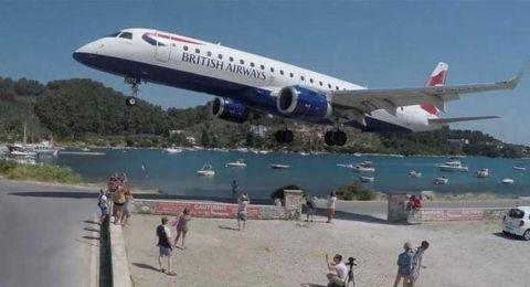 في اليونان.. هبوط مرعب لطائرة قرب رؤوس السياح!