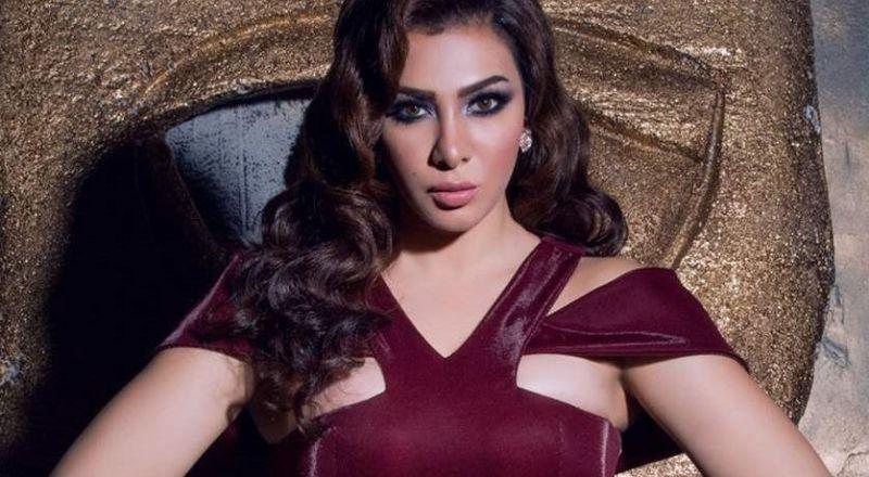فنانة مصرية تثير الجدل بفستانها المكشوف على البحر