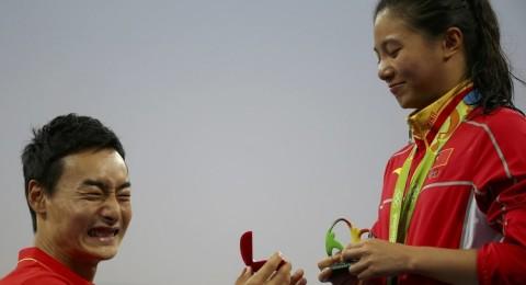 الصيني كاي يطلب الزواج من صديقته أثناء تتويجها في ريو !