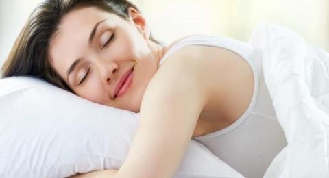 طبيبة: النوم بدون ملابس داخلية أكثر صحة للنساء