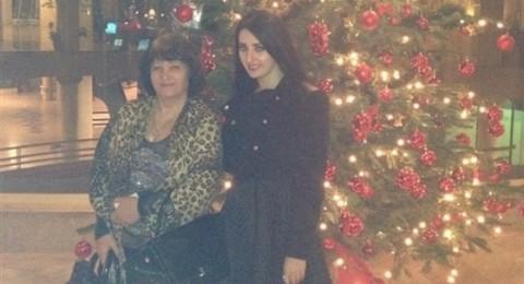 صافيناز مع والدتها بجوار شجرة الميلاد