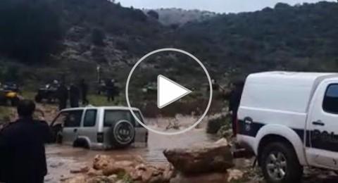 (فيديو) وادي حلزون: انتشال عائلة جرفتها المياه
