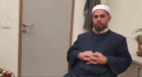 الشيخ مشهور فواز يناشد الناس: صلاة الجمعة في بيوتكم، الإمام يلقي الخطبة بمكبرات الصوت للناس