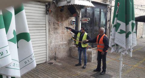 بلدية الناصرة تعقم وتطهر الساحات العامة