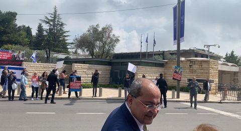 قطعان اليمين تحاول الاعتداء على النائب الطيبي أمام مكتب رئيس الدولة والشرطة تتدخل