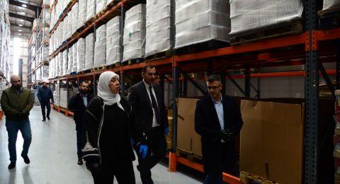 د.غنام تزور مخازن عدة شركات وتؤكد: كافة السلع متوفرة ولا حاجة لتهافت المواطنين على شرائها