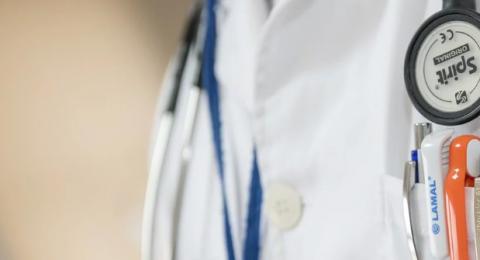 خريجو الطب من جامعات العالم بعدما تأجل امتحان الترخيص يبادرون للتطوع في أزمة الكورونا