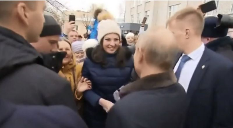 فتاة روسية حسناء تفاجئ بوتين وتطلب الزواج منه