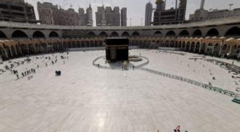 السعودية تعلق الصلاة والتواجد بساحات الحرمين