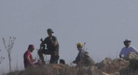 مستوطنون يقتحمون منطقة جدور في بيت امر