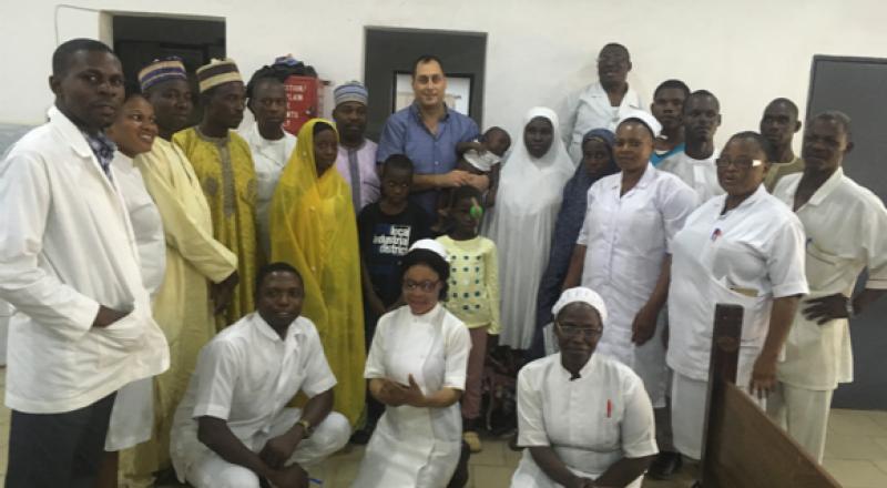 الدكتور عروة يوسف ناصر يتطوّع لتقديم خدمات طبّية في نيجيريا